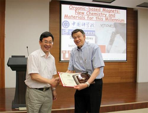 """张德清所长为Joel S. Miller教授颁发""""分子科学论坛""""荣誉证书和奖牌"""