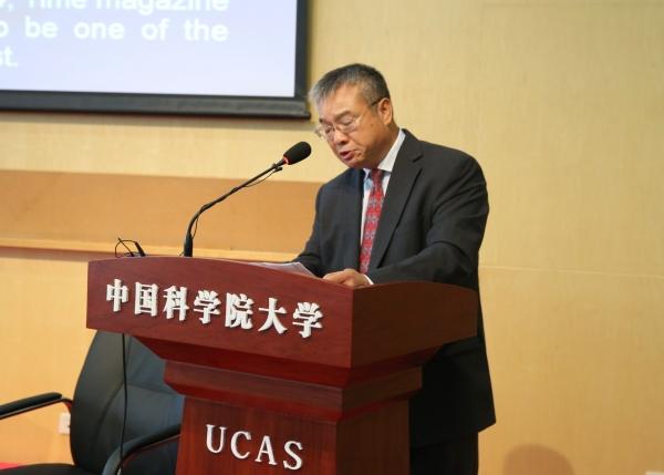 曹京华宣读国务院学位委员会的名誉博士授予决定