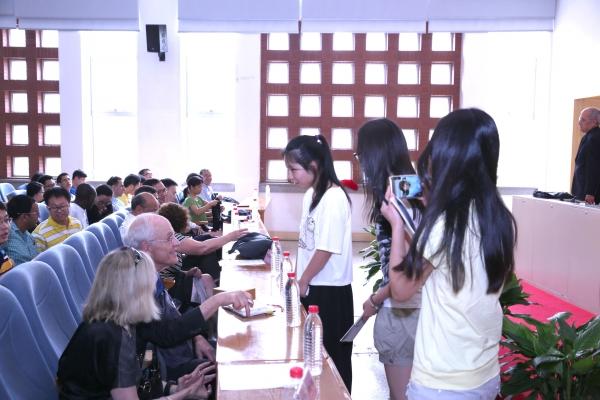 国科大本科生对诺贝尔奖获得者十分崇敬正在排队索要签名