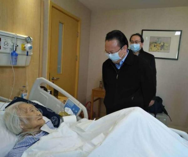 在在即将调离中国科学院之际,谭铁牛又一次专程看望李佩先生