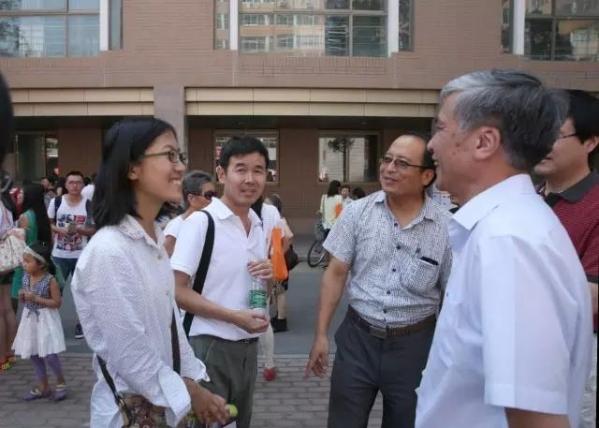 丁校长与陕西新生董亦楠亲切交谈 (2014年)