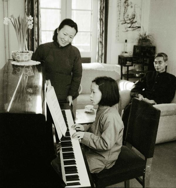 李佩和和郭永怀及女儿在中关村家中