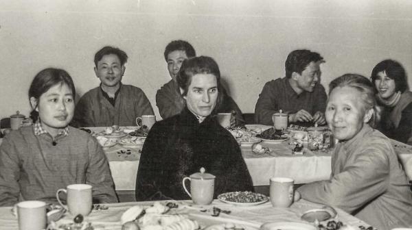 李佩(右一)和中国科学院研究生院外籍教员玛丽