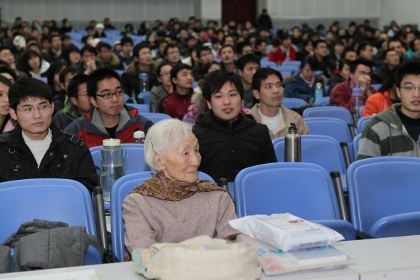 2011年1月,李佩先生93岁,她为中科院研究生院同学们讲述钱学森和李政道的励志故事