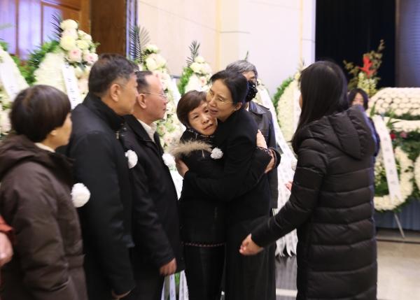 李佩先生的关门弟子杨佳与李佩先生亲属拥抱致意