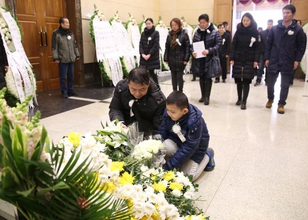 李佩先生的学生带着孩子前来哀悼